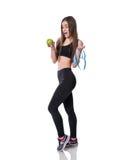 Szczupła i zdrowa miara młodej kobiety mienia taśmy i jabłko odizolowywający na białym tle Ciężar strata i diety pojęcie Zdjęcie Stock