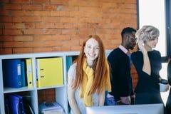 Szczupła imbirowa kobieta z długim prostym włosy jest przyglądająca kamera obraz stock