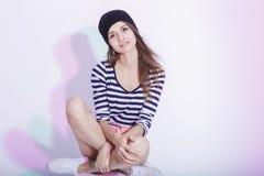 Szczupła Kaukaska brunetka w kapeluszu Pozuje Na Białym pudełku w studiu Obrazy Royalty Free