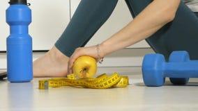 Szczupła kobieta chwyta miara na tle talerz z owoc i warzywo, zdrowy styl życia zdjęcie wideo