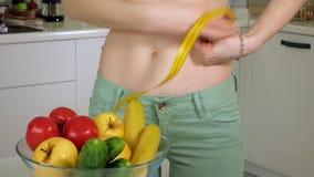 Szczupła kobiety talii na tle talerz z owoc i warzywo miara, zdrowy styl życia zbiory wideo