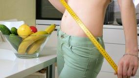 Szczupła kobiety talii na tle talerz z owoc i warzywo miara, zdrowy styl życia zbiory