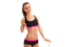 Szczupła uśmiechnięta atleta bierze talia pasek i patrzeć naprzód zdjęcie royalty free
