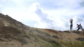 Szczupłej młodej damy ćwiczy joga na piaska wzgórzu zdjęcie wideo
