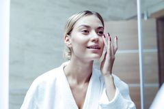 Szczupły interesujący kobiety czuć dobry brać opiekę jej twarzy skóra obraz stock