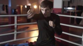 Szczupły napad dla pierwszy walki, atrakcyjny faceta bokser angażuje w pierścionku, przygotowywający koncentruje na uderzeniach,  zbiory wideo