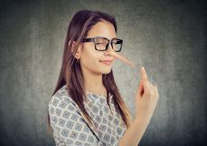 Szczwana chytra kobieta z długim nosem Kłamcy pojęcie fotografia stock