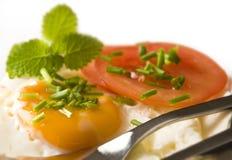 szczypiorków zbliżenia jajko smażący pomidor Zdjęcie Royalty Free