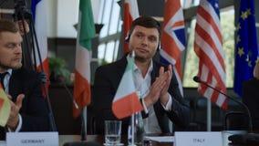 Szczytów członkowie oklaskuje mówca zdjęcia stock