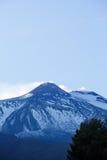 Szczyt góra Etna, rzygający popiół i gazy Zdjęcie Stock