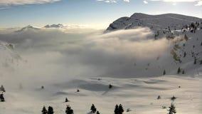 Szczyt góry w ośrodku narciarskim wtyka out od niskiej mgły. zbiory wideo