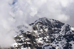 Szczyt Tre Signori osiąga szczyt wśród chmur, Orobie zdjęcie stock