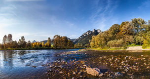 Szczyt Trzy korony widzieć od Słowackiej strony Dunaj Zdjęcia Stock
