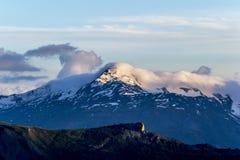 Szczyt z śniegiem w wieczór świetle słonecznym Zdjęcie Stock