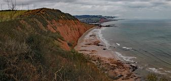 Szczytowa wzgórze faleza blisko Sidmouth w Devon na burzowym dniu Część Południowa Zachodnia Nabrzeżna ścieżka obrazy royalty free