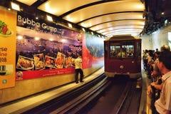 Szczytowy tramwaj zbliża się stację, Hong Kong Obrazy Stock