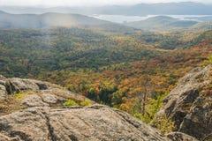Szczytu widok jesieni sceneria Z mgłą Obraz Stock