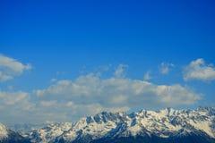 szczyty błękitne niebo. Obraz Stock