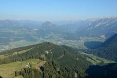 Szczyty i dolinny widok od panoramicznego drogowego Rossfeldpanoramastrasse Fotografia Stock