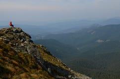 Szczyty Karpackie góry Pasma górskie zakrywający z lasami pod błękitnymi chmurami fotografia stock