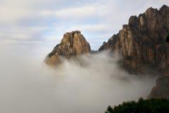 Szczyty w morzu chmury fotografia stock