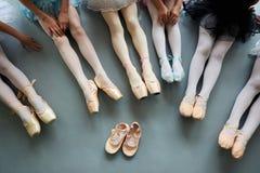 Sześć balerin na podłogowym, odgórnym widoku, Zdjęcia Royalty Free