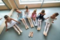 Sześć balerin siedzi na podłoga, odgórny widok Fotografia Royalty Free