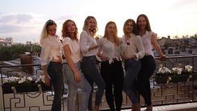 Sześć caucasian dziewczyn stoją na balkonie i pozują dla kamery Przypadkowi ubrania Zakończenie dziewczyny ` s up iść na piechotę zbiory wideo