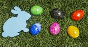 Sześć colourful jajek i karcianego królik kłaść na zielonej trawie zdjęcie royalty free