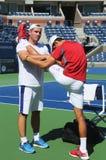 Sześć czasu wielkiego szlema mistrza Novak Djokovic rozciągań przed praktyką dla us open 2013 przy Krajowym tenisa centrum Zdjęcia Stock
