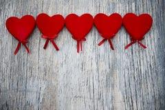 Sześć czerwonych serc na drewnianym tle Zdjęcie Royalty Free