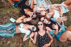 Sześć dziewczyn kłamstw na trawie Fotografia Stock