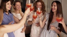 Sześć dziewczyn stoi w zamkniętych komunikować i okręgu Świętować, pije napoje od szkieł otuchy _ zdjęcie wideo