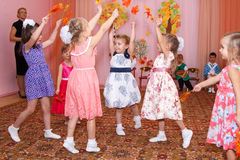 Sześć dziewczyn tanczy z jesień liśćmi w rękach Fotografia Stock