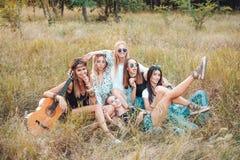 Sześć dziewczyn w naturze siedzą na trawie Fotografia Stock