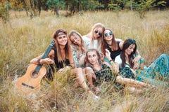 Sześć dziewczyn w naturze siedzą na trawie Zdjęcie Stock