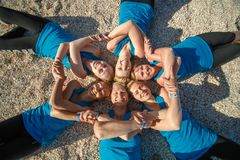 Sześć kobiet joga robi sprawność fizyczna ćwiczy na dennej plaży obraz stock