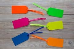 Sześć Kolorowych Paperboard etykietek na Drewnianym tle fotografia stock