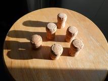 Sześć korków wyrównujących tworzyć trójbok obsadę ocieniają fotografia stock