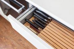 Sześć kuchennych knifes w brązie otwierają drewnianego kreślarza dla cutlery Obraz Royalty Free