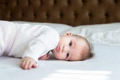 Sześć miesięcy dziewczynek kłaść na łóżku Obraz Stock