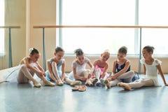 Sześć pięknych balerin stawia na kapciach Obraz Royalty Free