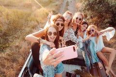 Sześć pięknych dziewczyn robią selfie Zdjęcia Royalty Free