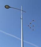 Sześć samolotów latają nad latarnia uliczna Fotografia Stock