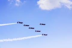Sześć samolotów robi airshow w niebieskim niebie Fotografia Stock