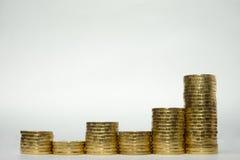 Sześć stert monety pokazuje nierówną wzrostową dochodowość Fotografia Royalty Free