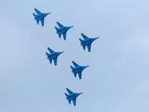 Sześć wojennych dżetowych samolotów w niebie obrazy stock