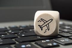 Sześcian kostki do gry na klawiaturze z samolotem zdjęcie royalty free