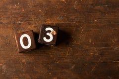 Sześcian liczby na starym drewnianym stole z kopii przestrzenią, 03 zdjęcia stock