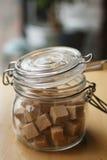 Sześciany brown cukier w szklanym słoju fotografia royalty free